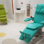 Liegen in Sonderfarbe Limone und Türkis in der Kinder-Nephrologie